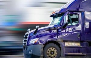 caminhão-roxo-em-movimento
