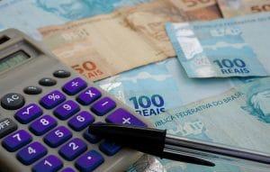 calculadora-caneta-e-notas-de-dinheiro