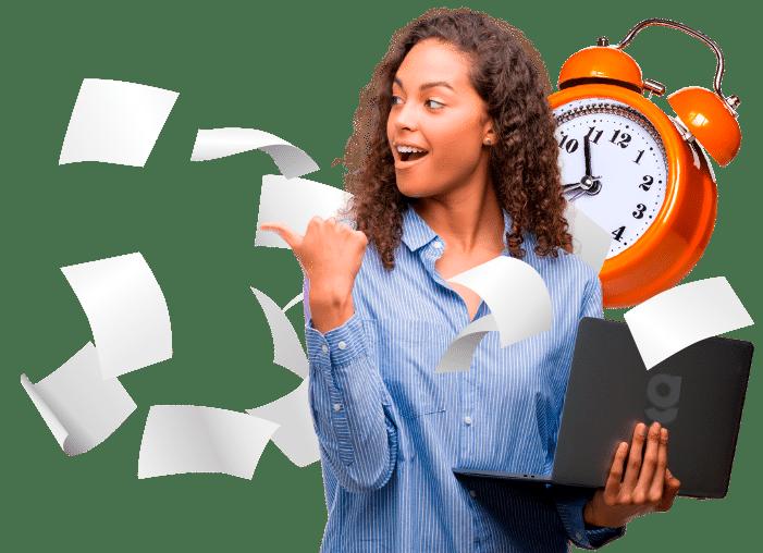 mulher com notebook na mão e apontando para o lado, folhas de papel voando e um relógio no fundo