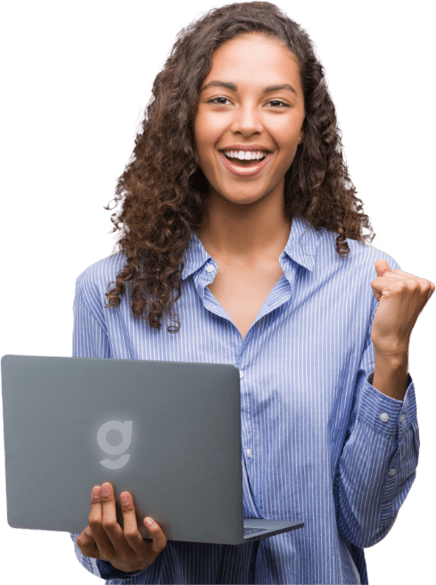 Mulher com notebook na mão, sorrindo e comemorando
